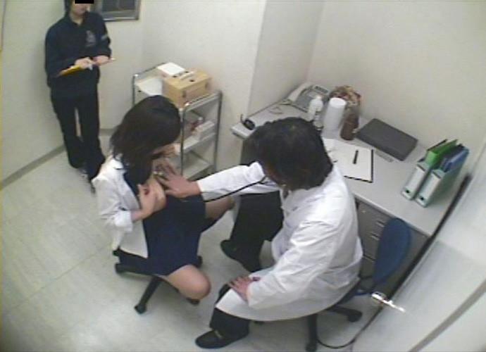 ガチあるかも!?健康診断で触診されてるJKの半裸エロ画像1