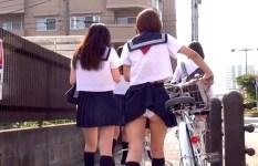 制服スカートからチラリと覗く無防備な女子校生たちのおパンツ