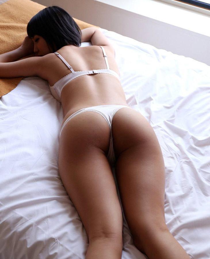 パンツを剥ぎ取って寝バック挿入したくなる足元アングルからの美尻画像7