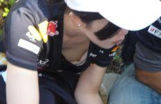 【微乳の悲劇】ブラの隙間から乳首がコンニチワ♪している胸チラ画像Vol.4