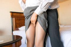 制服OLさんをホテルに呼び出し手マンでお仕置きしているエロ画像
