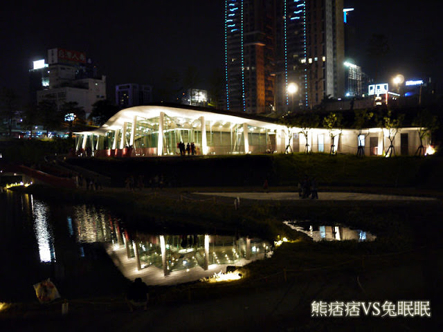 【台中新景點】國光客運前的秋紅谷廣場