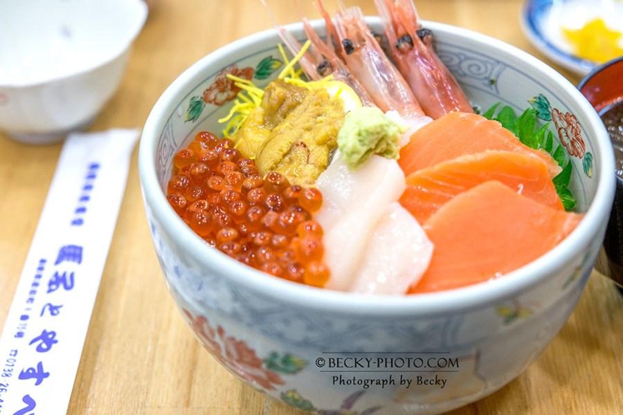 【日本】。搭北海道新幹線到函館朝市吃海鮮丼飯~鮭魚卵、海膽生魚片@馬子とやすべ食堂
