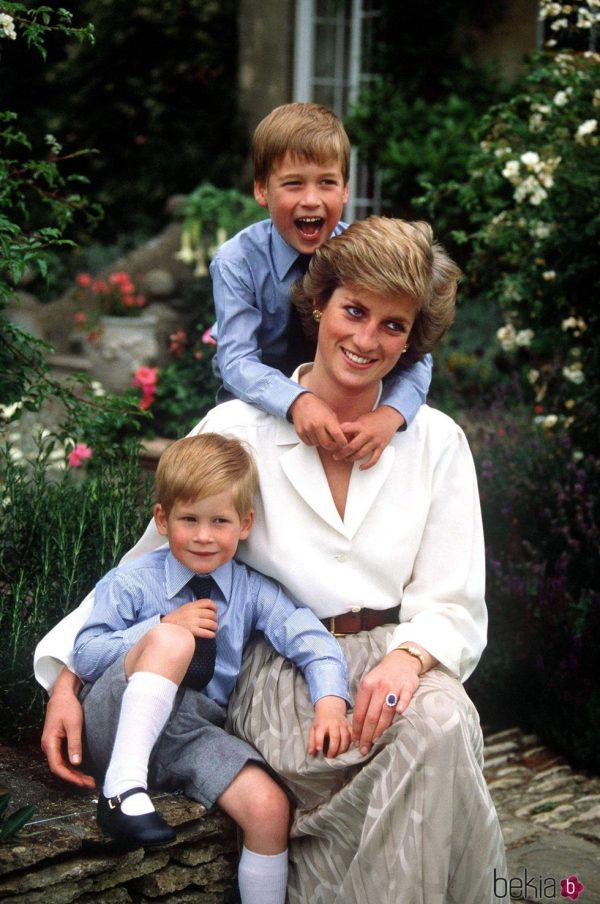 La Princesa Diana de Gales junto a sus hijos, Guillermo y ...