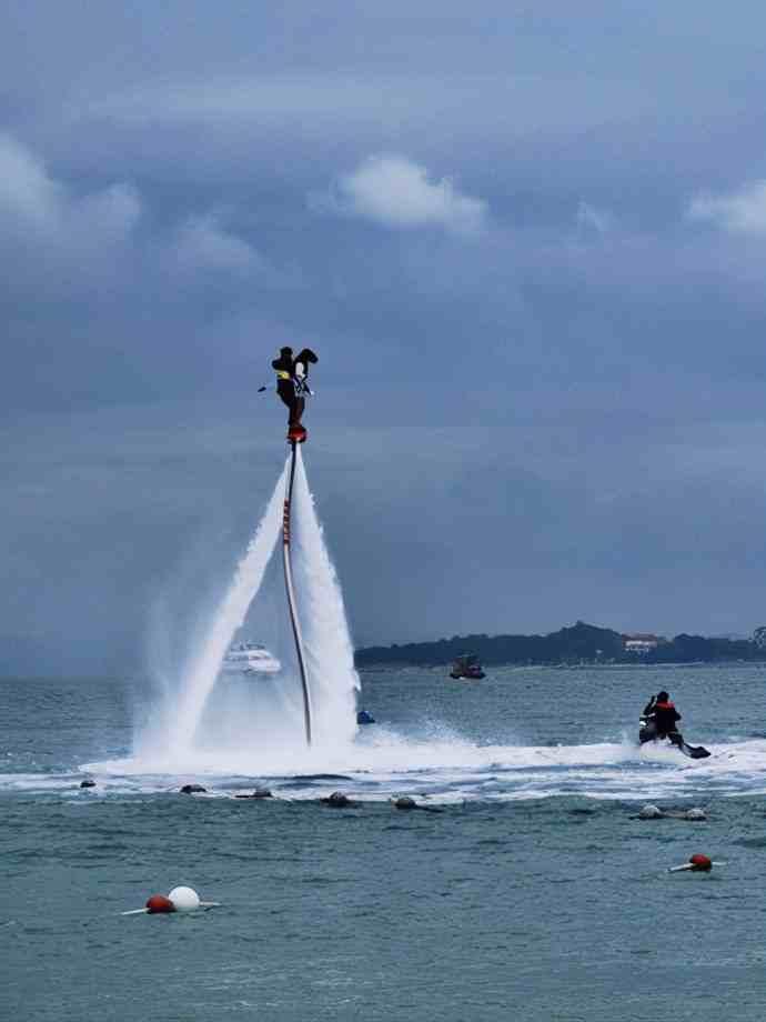 美丽的广东,惠州巽寮湾有一座旅游度假的三角洲岛,海水很蓝很凉