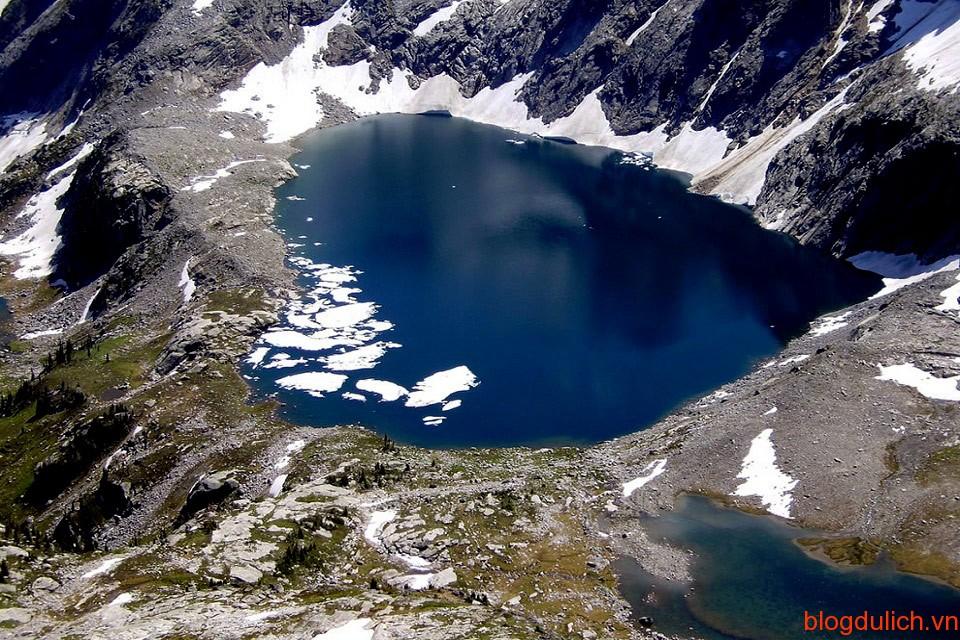 Hồ Mulvey ở British Columbia - một tỉnh phía Tây của Canada có hình trái tim trong xanh.