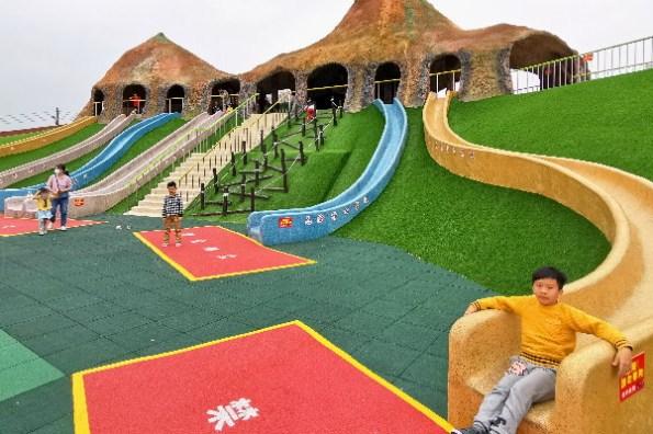 苗栗新親子景點》竹南獅山親子公園. 七滑道火炎山地景溜滑梯、攀爬網、旋轉盤、大沙坑. 蘑菇屋造型小屋