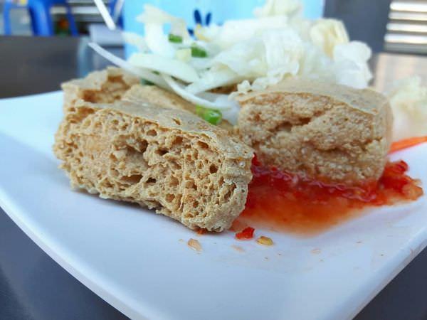 【台南 仁德】阿太伯臭豆腐。鲜香酥脆臭豆腐+泰式酸辣醬的對味組合,令人銷魂