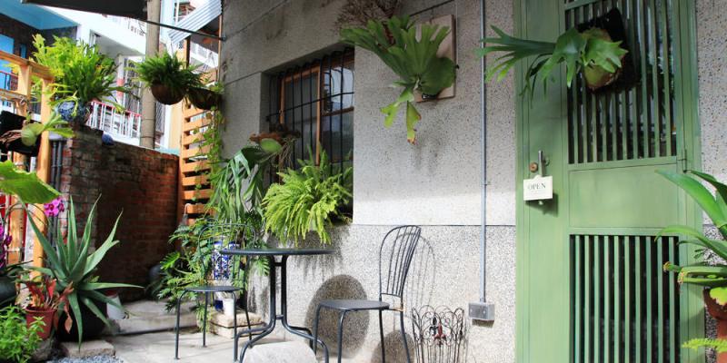 清新懷舊的老宅,是民宿也是咖啡廳,午後不妨來場下午茶約會吧!