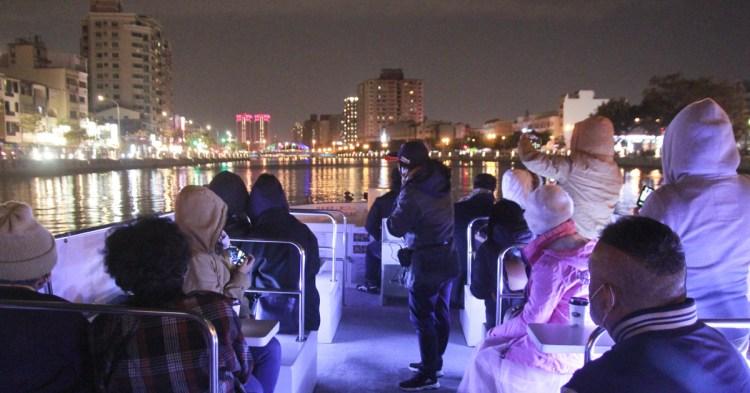 台南運河搭遊艇~輕旅行、深度旅遊推薦行程,身體蹲低才能安全過橋!