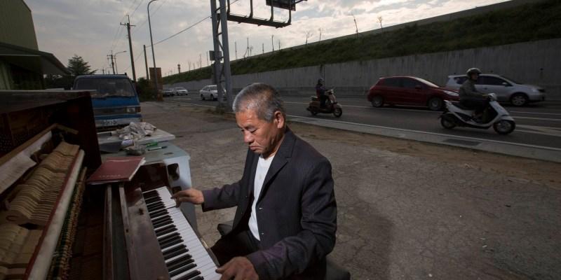 路邊鋼琴師 拾荒伯周進田的故事