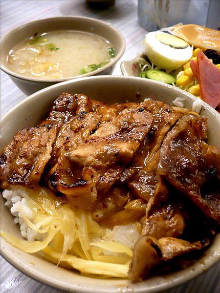 中西區的排隊名店!永樂燒肉飯,附贈沙拉、味噌湯的銅板美食~