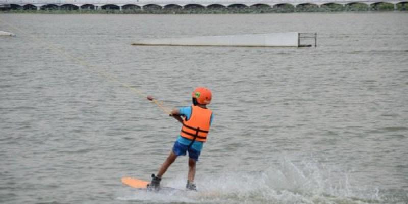 [高雄 蓮池潭] 在水面上來個『另類的健身運動』-全台唯一整圈的纜繩滑水,把自己交給拖繩,滑著水,迎著風,向前奔馳吧~