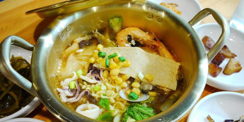 <台中韓式> 秀豆府,以韓式豆腐煲跟Q拉麵為主打的韓式餐館,小菜可以免費續,空間寬敞適合聚餐。(台中韓國料理/台中豆腐煲/台中Q拉麵/公益路美食)
