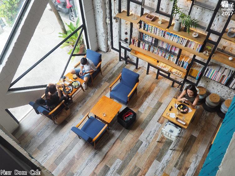 <台中咖啡> 隔壁咖啡 Next Door Cafe,光、影、綠意結合了工業風元素,明亮又舒適的空間感!(台中下午茶/台中咖啡館/台中輕食)