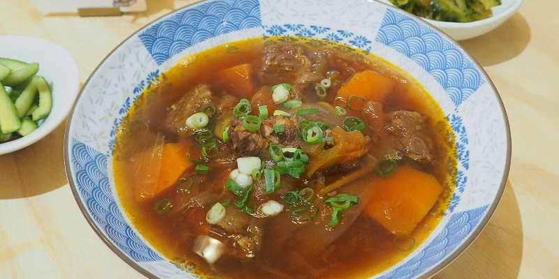 <台中麵食> 小日山青,日系文青小店賣的是牛肉麵、蛤蠣絲瓜麵,湯頭清爽滿滿番茄味!