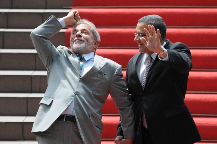 """""""Aí o português olhou pro papagaio e tirou o chapéu..."""""""