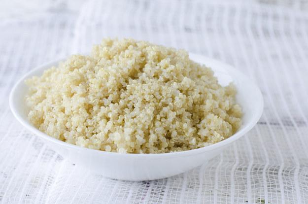 No necesitas ser un fanático de la salud para amar la quinoa. Esta pequeña semilla tiene muchísimas proteínas y el sabor es lo suficientemente sutil como para acompañar prácticamente cualquier plato. Asegúrate de enjuagar la quinoa antes de cocinarla para quitarle el sabor amargo. Luego de eso, colócala en una cacerola, añade dos veces la cantidad de agua o caldo que tengas de quinoa, y lleva a ebullición con fuego medio alto. Baja la temperatura hasta fuego medio-bajo, tápala, déjala que se cocine durante 15 ó 20 minutos, o hasta que se haya consumido el agua. Saca la cacerola del fuego y déjala reposar durante 5 minutos con la tapadera puesta, antes de quitarla y moverla suavemente. Durará alrededor de una semana en el refrigerador y básicamente puedes añadirla a cualquier plato.