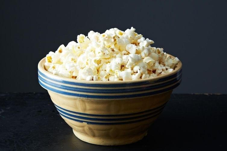 Cuando se te antoja un refrigerio salado, las palomitas de maíz caseras son la solución perfecta. Prepararlas es súper fácil, puedes sazonarlas a tu antojo y son más saludables y más baratas que las del cine o las que vienen para preparar en el microondas. En esta receta de palomitas de maíz para estufa, rocía un poco de agua sobre las palomitas de maíz en lugar de mantequilla derretida y espolvoréalas con sal. Seguirán estando deliciosas pero con mucha menos grasa. (Y por cierto, también puedes hacerlas en una bolsa de papel en el microondas).Una vez que domines lo básico, siéntete libre para condimentarlas con diferentes sabores. Y si te encantan los refrigerios, considera hacer espacio en tu cocina para colocar una máquina de aire caliente para hacer palomitas de maíz.