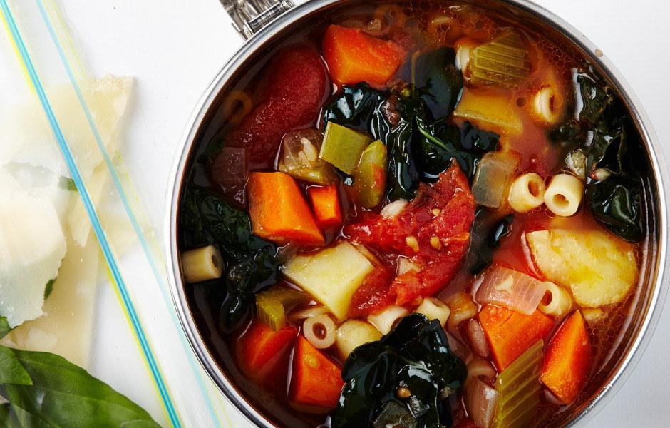 Cuando hace frío afuera, una gran olla de sopa caliente es literalmente la cosa más bella del mundo. Puedes hacerla solo con verduras o añadir proteínas como pollo o frijoles. Esta receta se hace en su mayoría con verduras pero usa un poquito de panceta y corteza de parmesano para el sabor.Pero realmente no necesitas una receta. Solamente puedes picar cualquier verdura que tengas a mano y saltearla en aceite de oliva en una gran olla con el condimento que elijas. (Si estás utilizando pollo, trocéalo y saltéalo primero). Añade una lata de frijoles escurridos y saltea uno o dos minutos más. Añade caldo y llévalo al punto de ebullición. Baja la temperatura para hervir a fuego lento, tápalo y deja que se cocine aproximadamente 20 minutos. Si quieres fideos, cocínalos por separado y añádelos al final. Sírvela en tazones (grandes) y disfrútala.