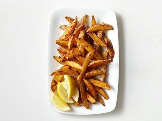 Puedes comer patatas fritas sin traicionar a tus arterias; solo hornéalas en lugar de freírlas. Además: no les quites la cáscara. Hay una tonelada de nutrientes en ella. (Bueno, sí, esencialmente son patatas asadas, pero ¡la forma de cuña delgada es realmente lo que hace la diferencia!)Consigue una receta fácil aquí, camotes fritos horneados aquí, y si realmente quieres salirte de control, prueba estos calabacines fritos con queso parmesano horneados.