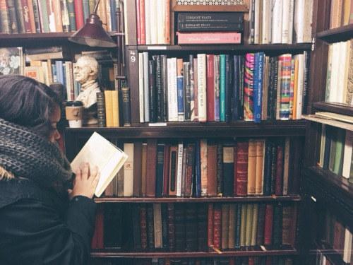 Puedes pasar horas en una librería y sentir que no has perdido el tiempo. Todo lo contrario.