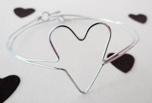 Brazalete de alambre en forma de corazón