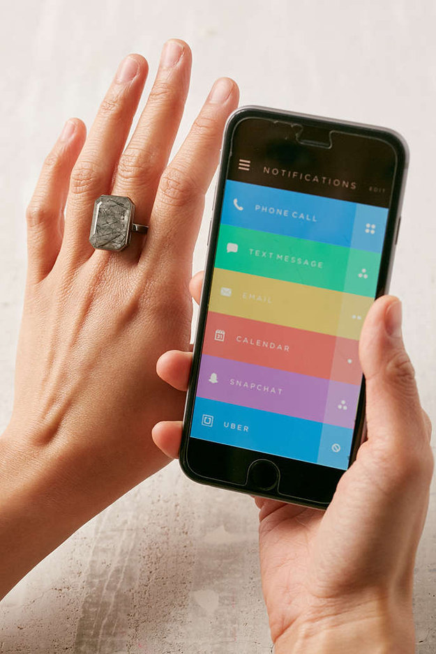Este Anillo Inteligente Ringly ($  200) que podrias configurar para iluminarse o vibrar con las notificaciones.