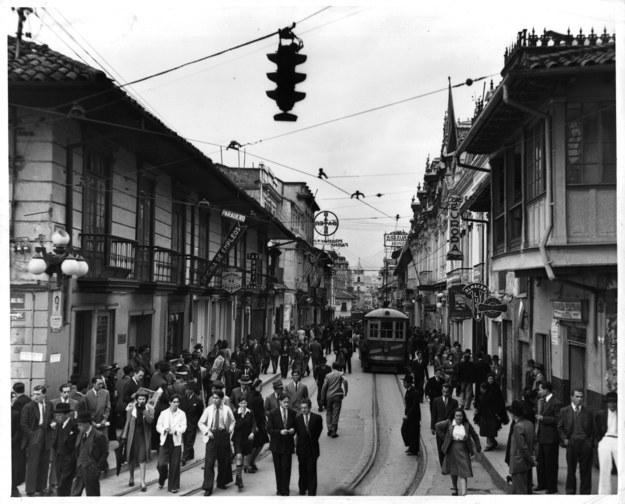 Así era la escena callejera en 1950.