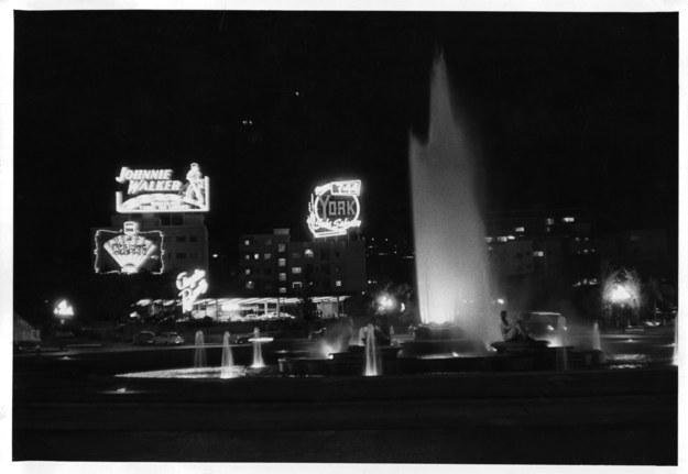 Así lucía Parque Central de noche en los 50, de hecho esa fuente es la que hoy en dia esta en el Parque Los Caobos.