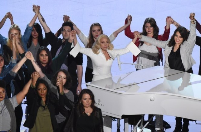 """A cantora foi ovacionada de pé depois de uma performance poderosa de sua música """"Til It Happens to You"""" (""""Até Acontecer com Você"""") ao lado de vítimas de abuso sexual."""