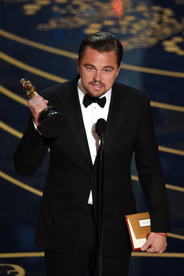 Después de haber recibido 5 nominaciones al Oscar, Leonardo DiCaprio ganó su 1°  estatuilla dorada este domingo.