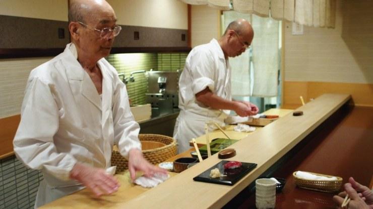 Jiro Ono es un maestro del sushi. Con 85 años, ha convertido el Sukiyabashi Jiro, un lugar de diez lugares en el metro de Tokyo, en uno de los restaurantes más aclamados y con tres estrellas Michelín. Este documental narra el delicado arte de la cocina del Subiyabashi y la relación con sus hijos, quienes también son chefs de sushi.