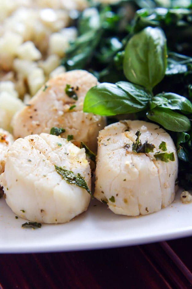 One-Pot Steamed Garlic and Herb Scallops With Veggies