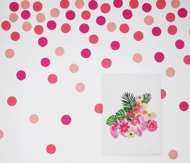 Haz un poco de arte abstracto en tus paredes.