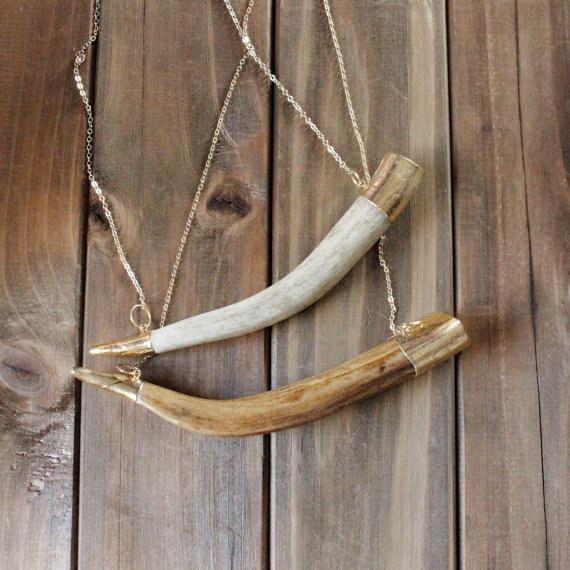Este collar de cuernos de ciervo bañado en oro.