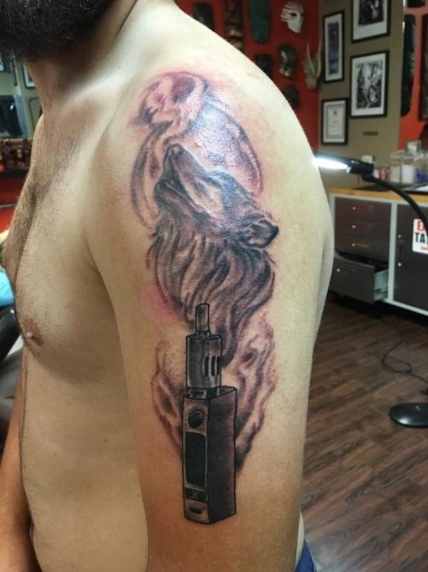 Wir leben in einer Zeit, in der sich jemand freiwillig ein vom Dampfen inspiriertes Tattoo machen lässt.