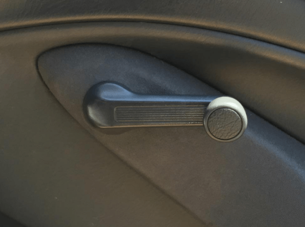 Im Auto kurbeln, um an frische Luft zu kommen.