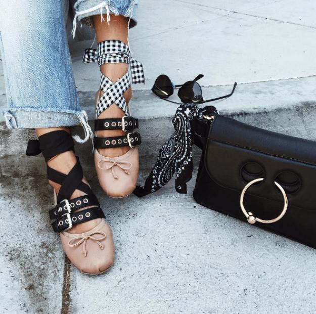 Pareciera que no hay fashion blogger sin un par de estas estilosas zapatillas en su clóset.