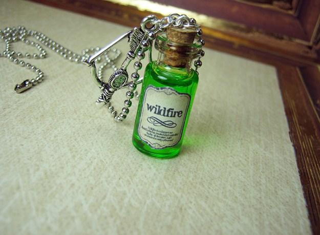 Egy kis üveg futótűz viselni körül a nyakát.