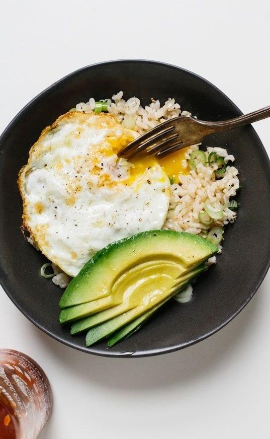 Mientras el arroz se cocina, fríe un huevo y prepara lo que vayas a poner encima. ¿Lo que normalmente uso? Aguacate, tomates cherry y un poco de Green Dragon Hot Sauce de Trader Joes por si acaso. Mira la receta aquí.