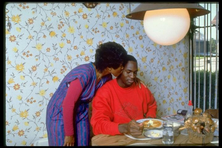 12. Michael Jordan receiving some adorable mommy-love during breakfast in 1986: