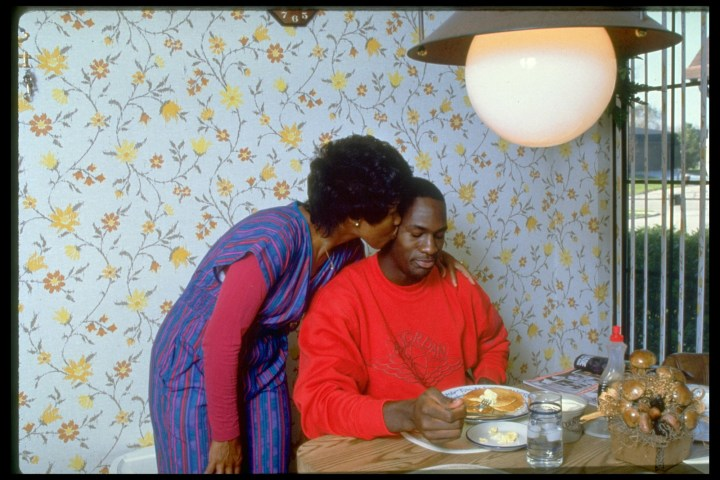 12. Michael Jordan receiving some adorable mommy-love during breakfast in 1986: