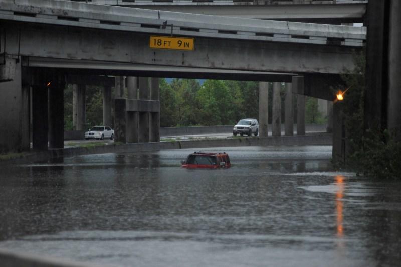 Un Hummer abandonado es cubierto por las aguas de la inundación en la Interestatal 610 luego de que el huracán Harvey inundara con lluvias la costa del Golfo de Texas, 27 de agosto de 2017.