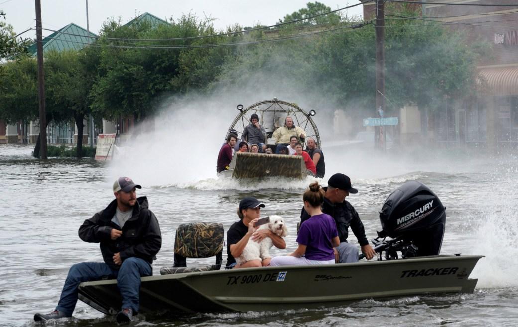 Personas rescatadas de la inundación causada por el huracán Harvey en un bote inflable, en Dickinson, Texas, 27 de agosto de 2017.