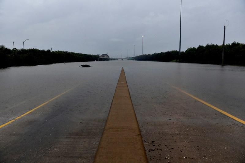 Un vehículo abandonado es cubierto por la inundación en la Interestatal 610, luego de que el huracán Harvey inundara con lluvias la costa del Golfo de Texas en Houston, el 27 de agosto de 2017.