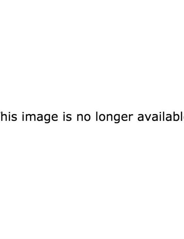 Lucky for us average plebs, an unbuttoned Chris Hemsworth was one of those people and he looked hot as Hell, for the sixty-ninth million time in his life: