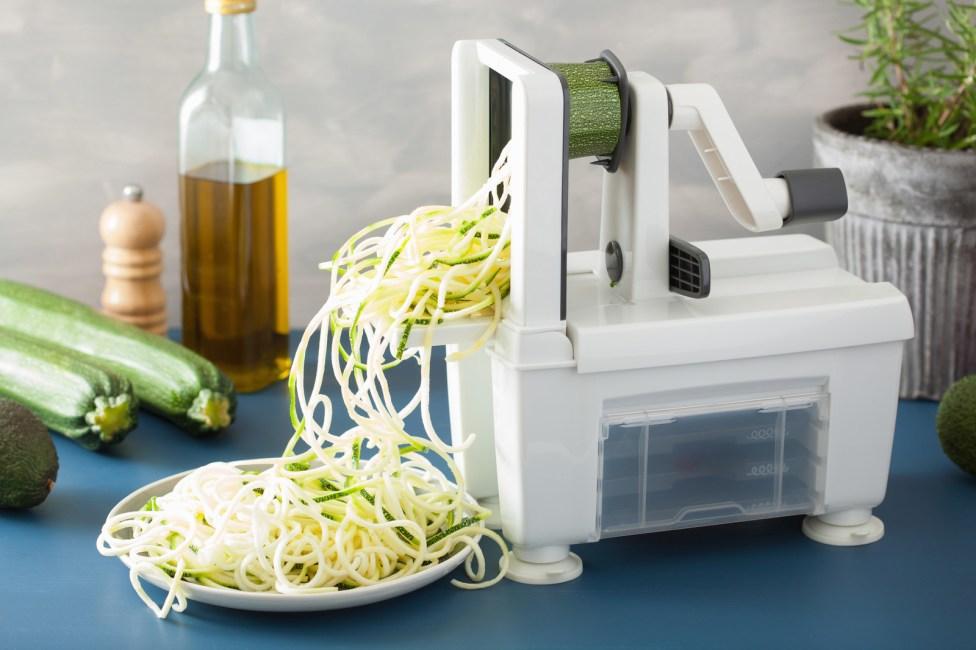Le llaman Spiralizer y básicamente son máquinas que te ayudan a cortar en tiritas a los pepinos, las zanahorias, el betabel, entre otros. La idea es que luego los prepares como una pasta, con salsa, queso y todo lo sabroso.