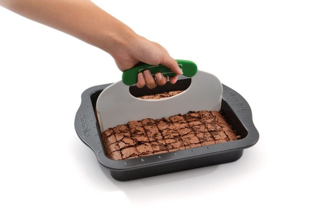"""This pan also comes with a cutting tool!""""I bake every week for my office, and Perfect Slice bakeware makes it possible to get the right number of treats every time! This product has seriously made my life so much easier! At this point, I can't imagine baking with anything else!"""" —viggypGet it from Walmart for $19.99+ (available in two colors)."""