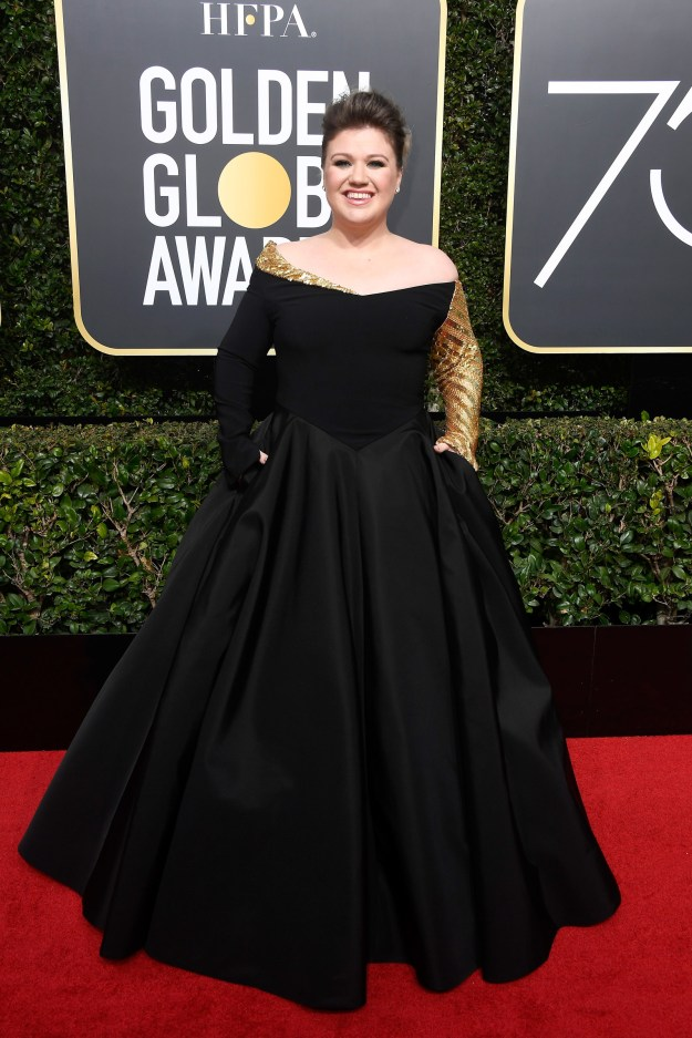Kelly Clarkson was one of the first people interviewed on the 2018 Golden Globes red carpet and she looked great!